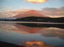 夏の山中湖(紅富士)-ホワイトウィング前から撮りました。