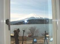 和室のお風呂からの眺める山中湖と富士山)