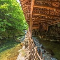 渓流沿いに佇む天然岩風呂