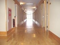車椅子もゆったり通れる広さの廊下です
