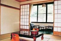 昔ながらの湯治風情が漂う客室一例