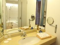 【広々としたパウダールーム】大きな鏡と広々としたスペースを確保♪