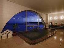 【2階・展望浴室(夜)】日中とはまた違った顔を見せる瀬戸内海をご覧下さい♪