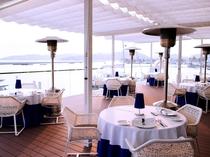 海からの潮の香りを感じるテラス席。ご朝食からご利用頂けます。