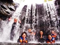 こちらはカヌーに乗って滝を目指すジャングルツアーも開催!!