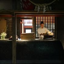 【玄関から見えるオープンキッチン】