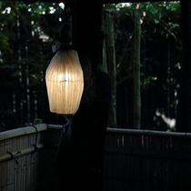 【露天風呂】仄かな灯りをご用意しております