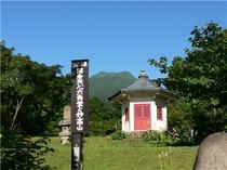 六角天心堂と妙高山(夏)