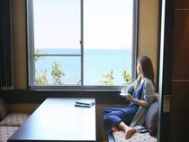 【客室】8畳タイプの客室には窓際にベンチソファをご用意しております。