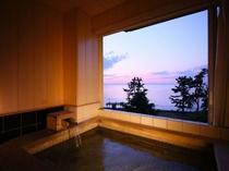 【貸切風呂】窓を開放すれば海を一望できる絶景。潮騒をBGMに温泉に浸る贅沢時間をお楽しみください。