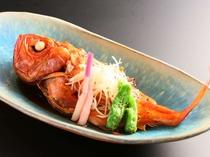 脂ののった金目鯛を甘辛いタレをたっぷりからませた煮付けはご飯がすすむ一品