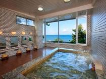 【温泉】たてやま温泉の出湯を引き入れた温泉浴場。窓の外に広がる碧い海景色をお楽しみください。