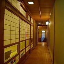 平安亭には廊下があり、お部屋を通らずにリビングへ行くことが出来ます。