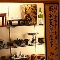 昭和24年、昭和天皇がお泊りになられた際にご使用になられた食器や調度品を展示しております。