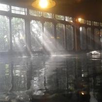 降り注ぐ光りが心地よい、朝の「吹田の湯」