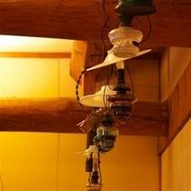 脱衣所の天井を見上げると、レトロなランプの数々
