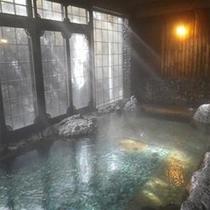 「吹田の湯」は、底に天然の丸い川石を敷き詰め、浴槽全体で川の流れを演出