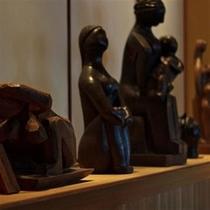 ラウンジに展示されている先代当主の彫刻作品