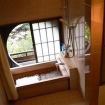 ヒノキを使用した内風呂。平安亭は全室温泉をお楽しみ頂けます。