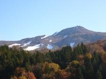 鳥兜山と初雪と紅葉