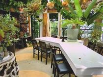 クラブハウスに併設する温室です。こちらでカフェも楽しめます。