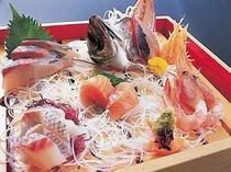 新鮮な旬の魚介類の造り盛合せ