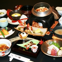 *【夕食一例】秋には旬の食材が揃います。秋の味覚をお楽しみください。