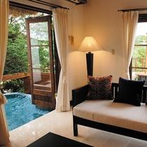 ■バリスイート45号室[室内1露天風呂へ向かっての眺め]
