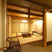 和室10畳【びわこなないろ◆こがね】窓際のいすは、赤ちゃんのおむつ換えにも程よい高さです。