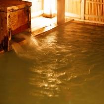 露天風呂に注がれる温泉