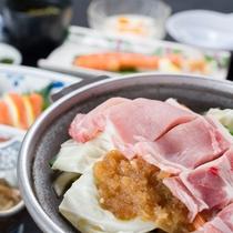 *【夕食一例】地元産の高原野菜や山菜を使ったお食事が好評です。