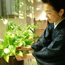 *館内を飾る花々は、女将が活けたもの。女将の心のこもったおもてなしがココにもあり♪