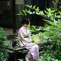 *庭(一例)池のある中庭で、浴衣を着て夕涼みなどいかがですか?