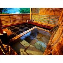 湯河原の街並みを望む夕方の貸切露天風呂