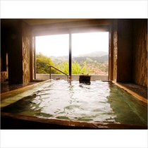 湯河原の景色と、古代檜の香りを楽しめる檜風呂です。