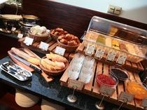 朝食ビュッフェ 充実のパンコーナー