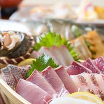 *お夕食一例(活き造り)/当日の仕入れに合わせて盛り付けた新鮮な海の幸!壱岐の恵みを存分に味わって。