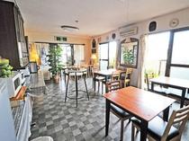 【レストラン】朝日が差し込む開放的な場所