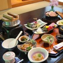 【夕食一例】山江村特産の栗や風味豊かな山菜など、旬の食材をふんだんに使った料理