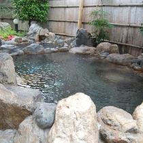 【露天風呂】周囲の自然を眺めながら温泉を満喫