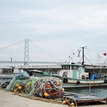 岩屋港から明石海峡大橋を望む。