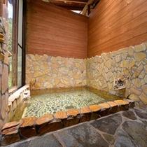 *貸切風呂(小)/温かい湯船に浸かりながら、自然のぬくもりに心癒されるひと時。