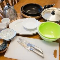 *包丁、フライパン、鍋、箸、茶碗、お皿、湯呑みなど基本的な調理器具は取り揃えています。