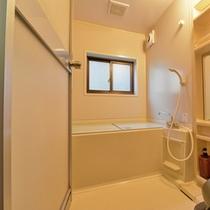 *【2~4名用コテージ】簡素ではございますが、バスルームを完備いたしております。
