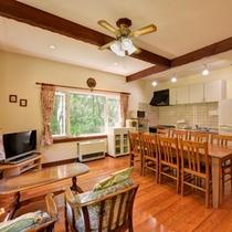 *【5~9名用コテージ】大きな窓から入る光が室内を明るく。居心地のよいリビング&ダイニングキッチン。