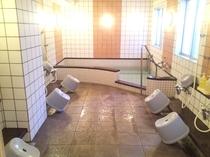 一日の疲れを癒す男女別の大浴場。(17時~24時。シャワーブースは24時間ご利用頂けます。)