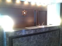 当館フロント。お客様を笑顔でお迎え致します♪