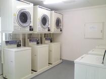 連泊のお客様も安心のコインランドリー完備。(洗濯、乾燥機共に1回 ¥100-。洗剤の販売もございます