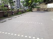 敷地内平面駐車場。(要予約。一泊 ¥1,080-。)