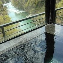 【大浴場】温泉に入りながら、鬼怒川の渓流美をお楽しみください。